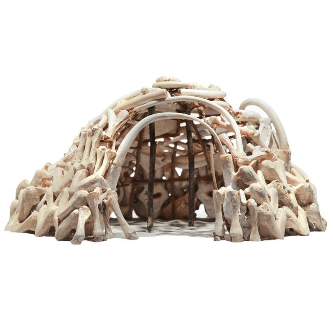 Ein Modell einer Hütte, die aus Mammutknochen gebaut ist.