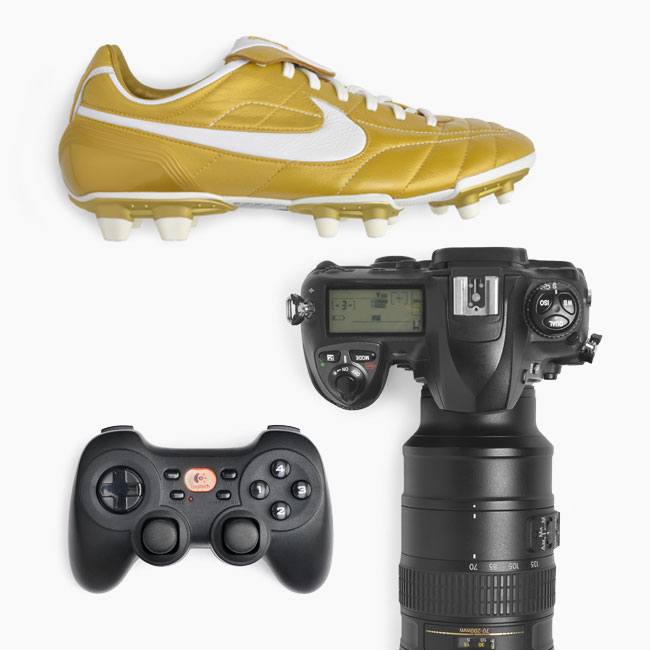 Ein Fußballschuh, eine Spiegelreflexkamera und ein Controller für eine Spielekonsole.